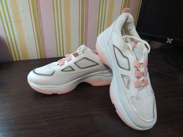 Белые кроссовки, новые, светоотражающие