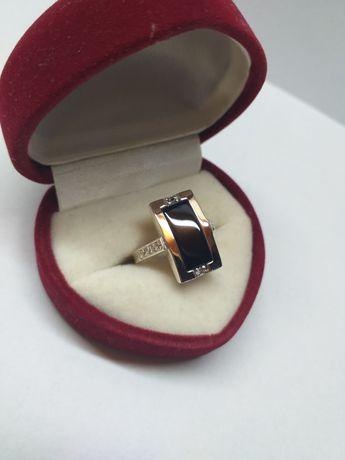 Кольцо Roskolodko серебряное с золотом, цирконами и им. ониксом