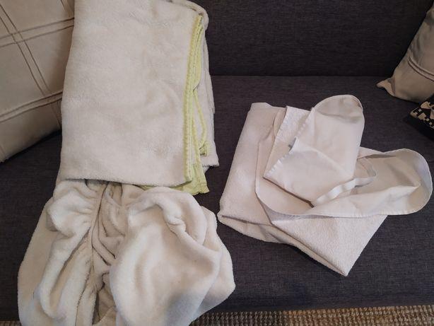 Dois jogos de lençóis e uma capa impermeável para cama de grades bebé