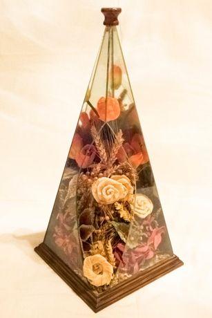 Jarro original com Flores Secas em Triângulo de Vidro