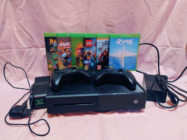 Xbox one + dwa kontrolery z akumulatorem + trzy gry