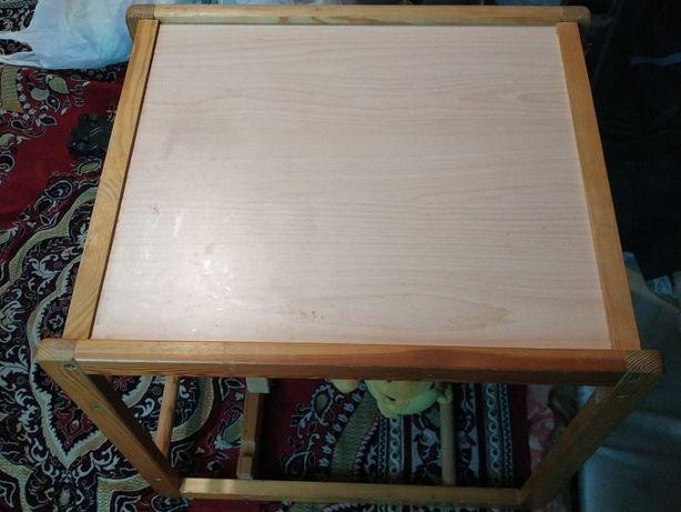 Детский столик для кормления или занятий