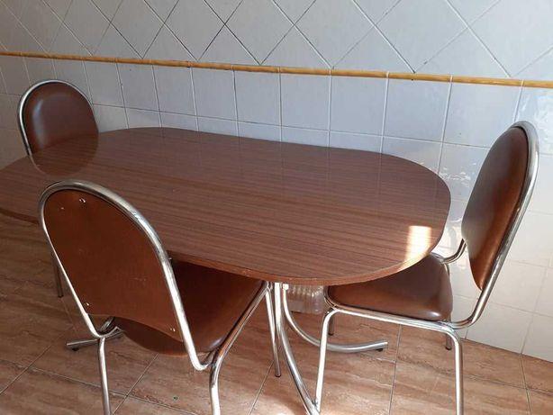 Mesa de jantar com três cadeira em Silves Faro