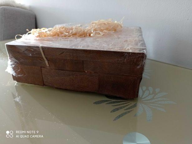 Skrzynka drewniana z siankiem do zapakowania upominku