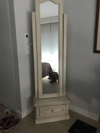 Espelho de pé em madeira estilo rústico
