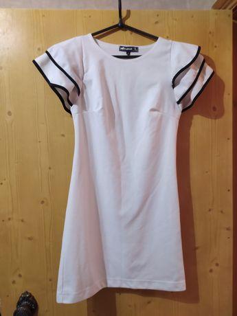 Белое трикотажное платье с воланами