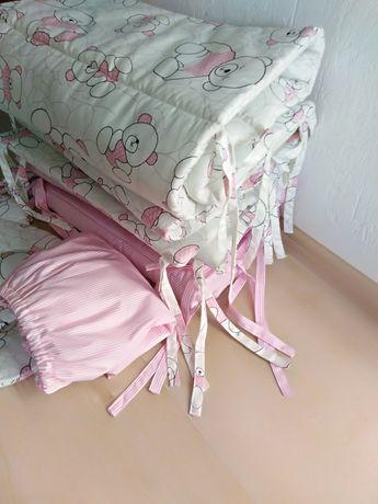 Бортики в кроватку,ліжечко,простинь на резинці,подушка.