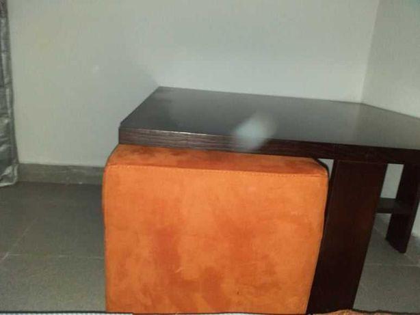 Mesa em madeira Wengé, com 4 pufs laranja, praticamente novos,