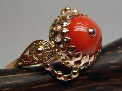 Złoty pierścionek koral filigran oprawa korona.