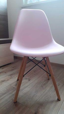 Krzesło plastikowe z drewnianymi nóżkami