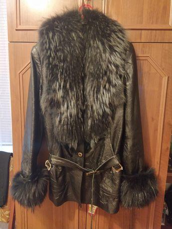 Продаю куртку женскую.