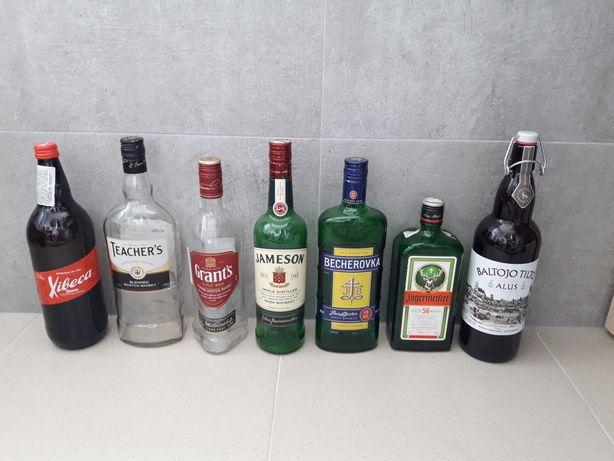 Пустые бутылки из под виски и ликеров.