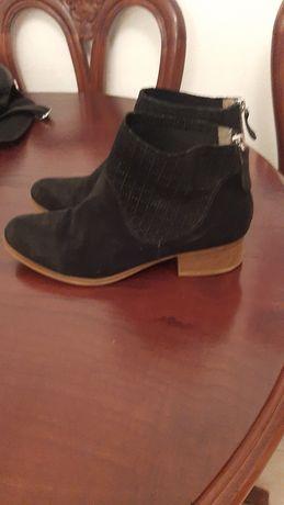 Botas de senhora em camurça preta, com salto pequeno.