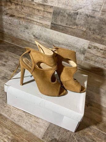 Zamszowe sznurowane sandały