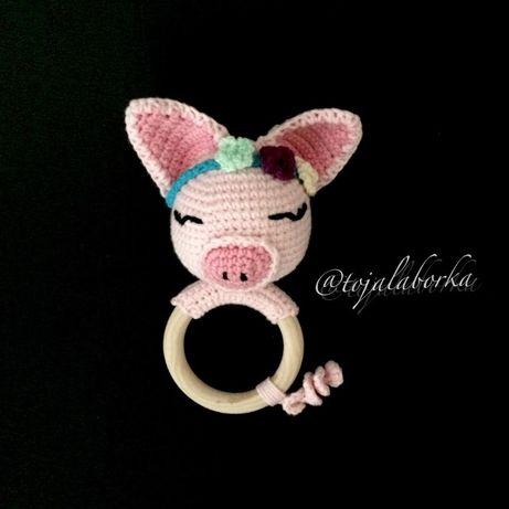 Grzechotka świnka rękodzieło handmade baby shower narodziny chrzest