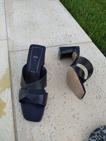 Sapatos de pele pretos tipo sandália com tacão da Zara.