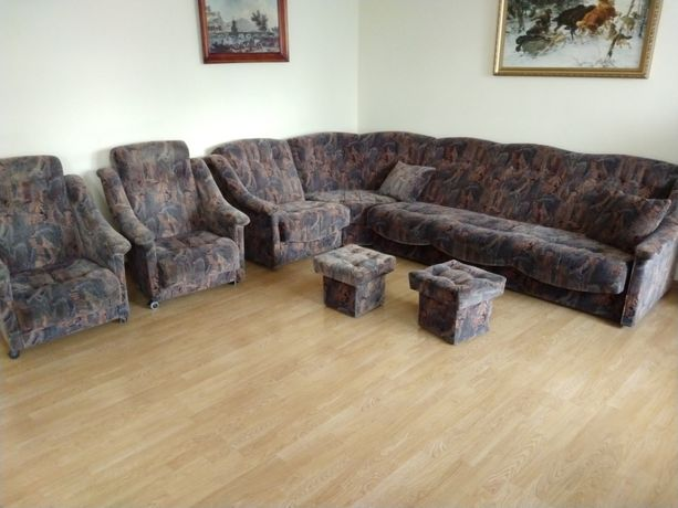 Zestaw mebli tapicerowanych - narożnik, fotele, pufy.