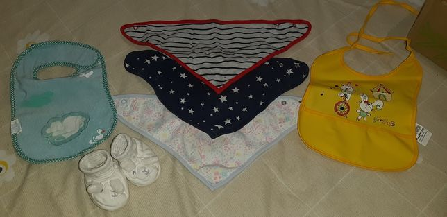 Слюнявчики и пинетки для малышей