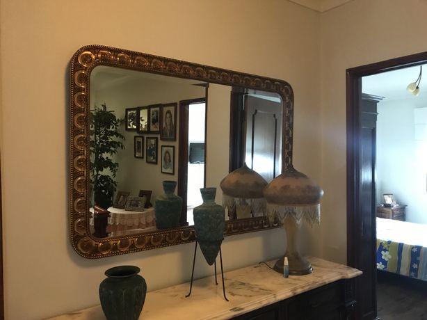 Espelho grande decorativo com moldura em ouro envelhecido
