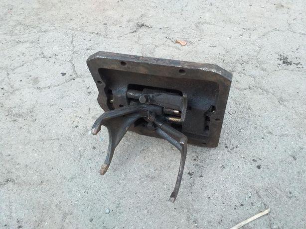 Крышка коробки КПП машины УАЗ