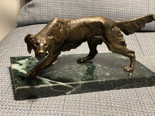 Rzeźba psa z brązu na marmurze stan idealny