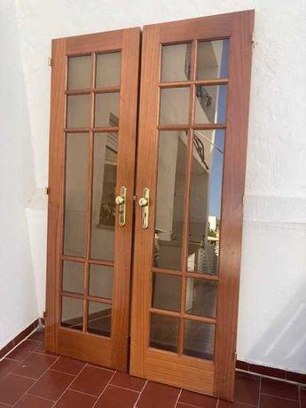 Portas de madeira com moldura