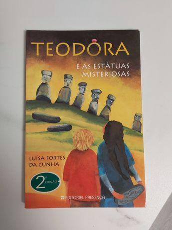 """Livro infantil """"Teodora e as estátuas misteriosas"""""""
