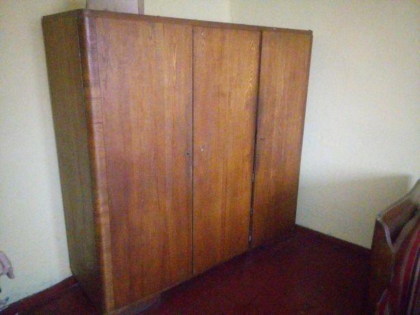 Starą drewnianą duża szafę