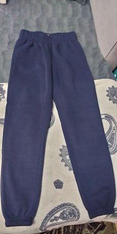 Spodnie dresowe dresy chłopięce r.134 stan bdb