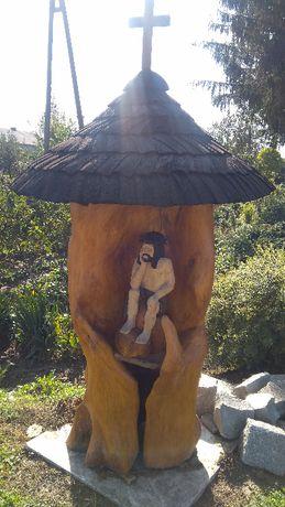 Kapliczka drewniana/ogrodowa z rzeźbą Chrystusa Frasobliwego