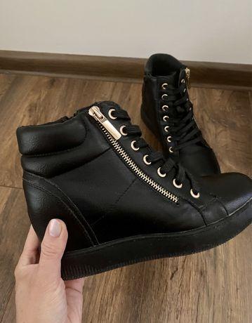 Botki czarne sneakresy na koturnie