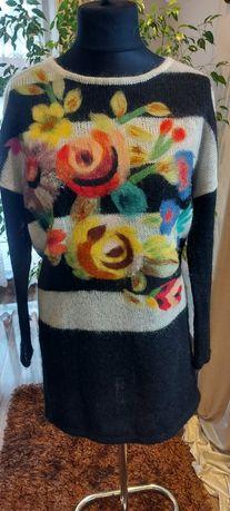 Sweter długi z filcowanymi kwiatami