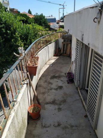 Vendo sótão T2 águas furtadas com terraço a 300m da universidade.