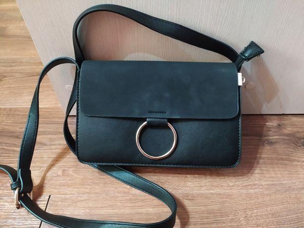 Czarna torebka ze złotym kółeczkiem