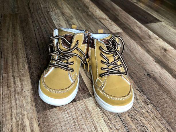 Dwie pary butów chłopięcych