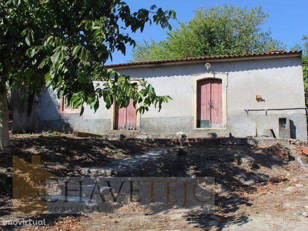 Casa antiga térrea para recuperar a 2,5 km de Tomar.