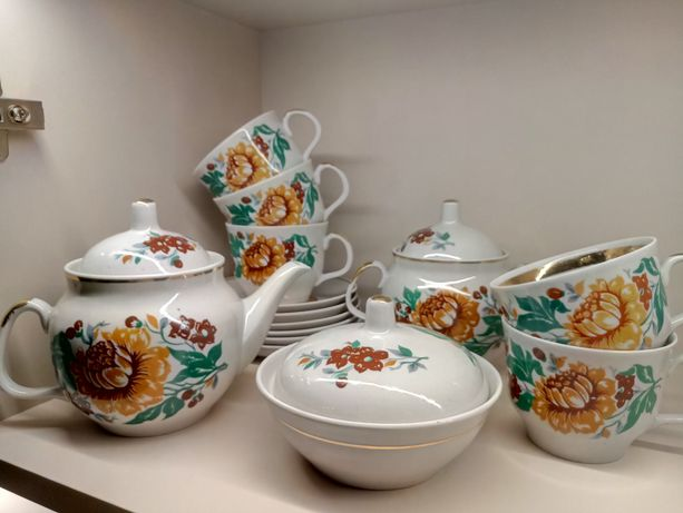 Фарфоровый чайный сервиз,тарелки,чашки,чайник