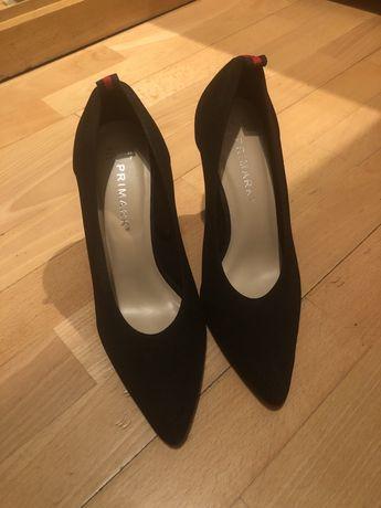 Sapatos pretos (stilettos) com faixa vermelha atras usados uma vez