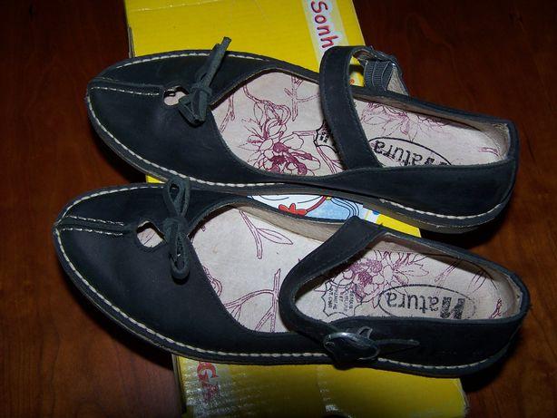 Sapatos de marca e em pele genuína, de tamanho 35. Sem uso.