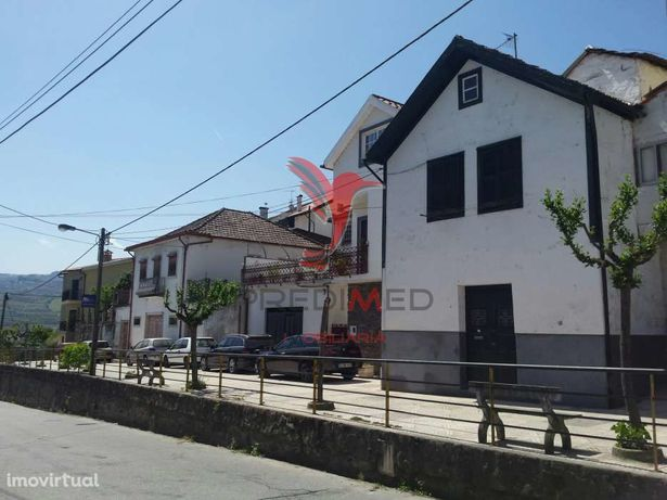 Casa 2 pisos p/ recuperar perto do rio na Régua
