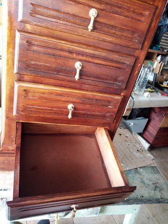 Mesa de cabeceira nova de madeira.