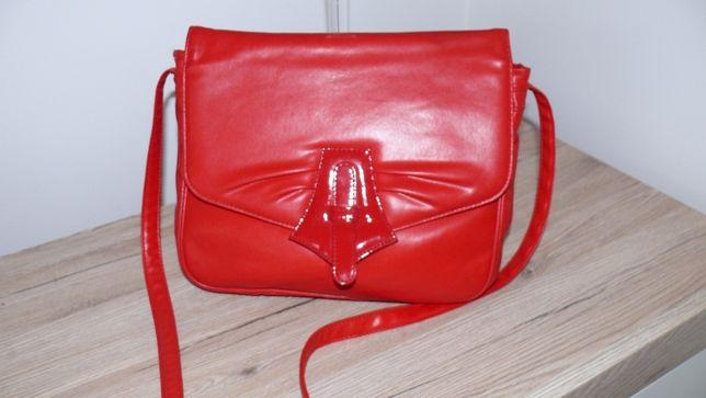 czerwona torebka listonoszka