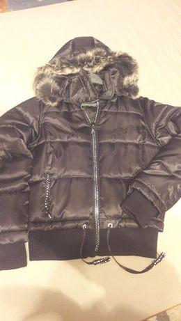 Czarna kurtka zimowa z ozdobnym zamkiem