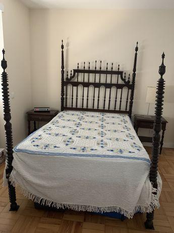 Cama casal e mesas de cabeceira