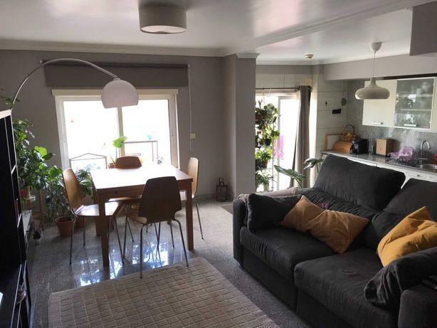 Apartamento T1 com amplo terraço e garagem em Carnide
