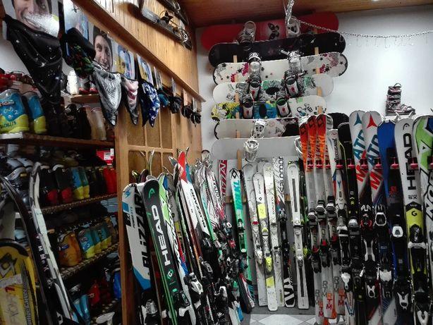Narty, snowboardy, buty narciarskie i snowboardowe, kaski, kijki