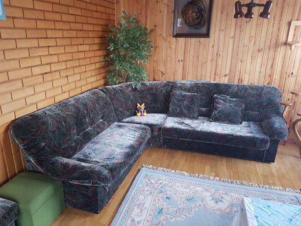 Sofa z funkcją spania i 2 pufy