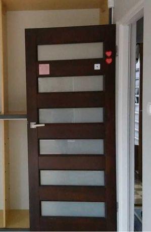 drzwi drewniane z szybami