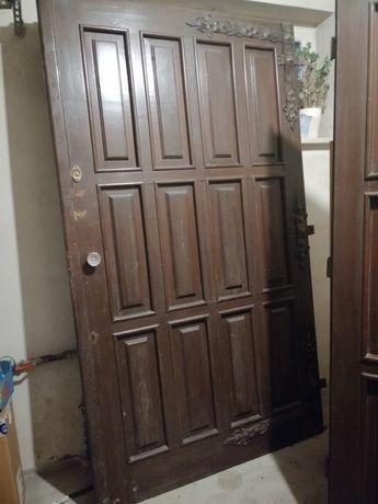 Drewniane drzwi garażowe dwuskrzydłowe