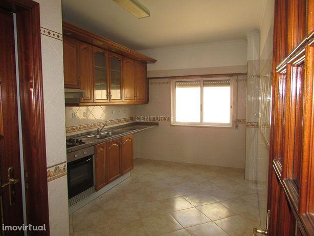 Apartamento T2 com varandas e arrecadação no Carregado